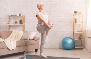 Femme sénior qui fait de la gym