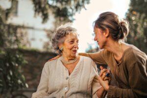 une personne âgée avec une femme à coté