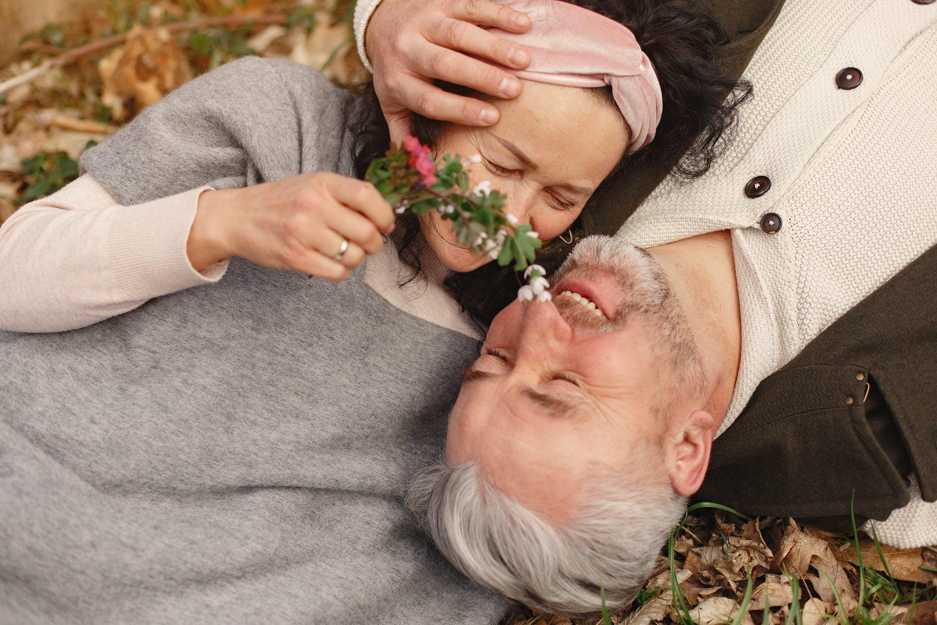 un couple de seniors souriant